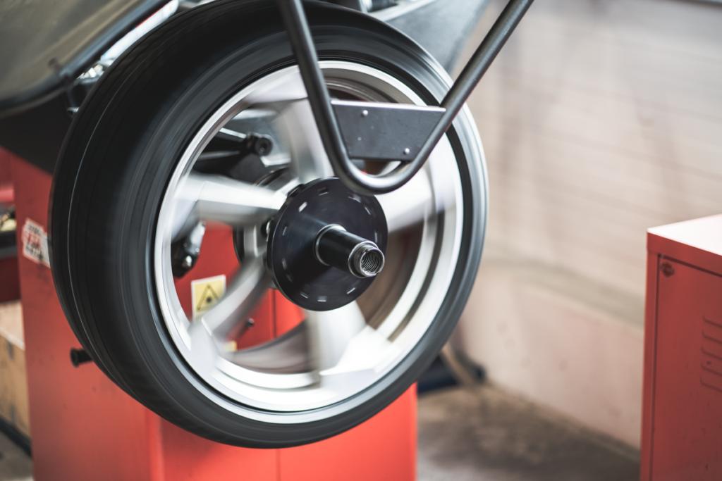 rotierendes Rad auf Wuchtmaschine