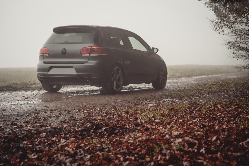 Golf 6 GTI im Nebel Feldweg